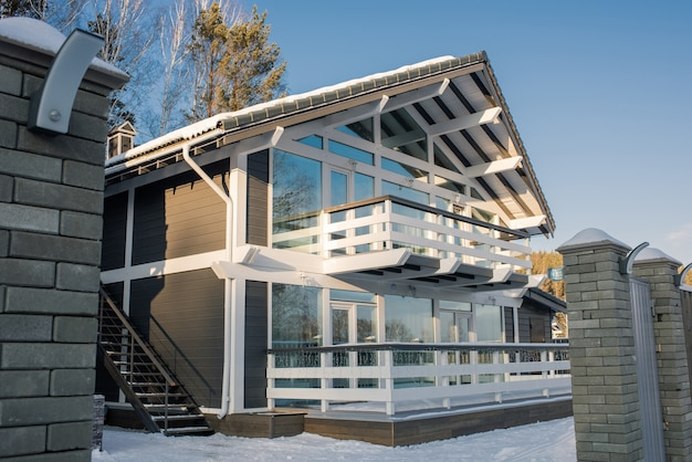 Современный дом с большими окнами