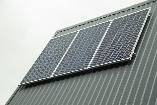 지붕에 태양 전지 패널이 있는 현대적인 집.