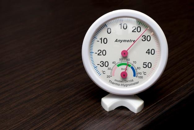 部屋の温度と湿度を測定するための最新の湿度計温度計。最適な湿度を示します