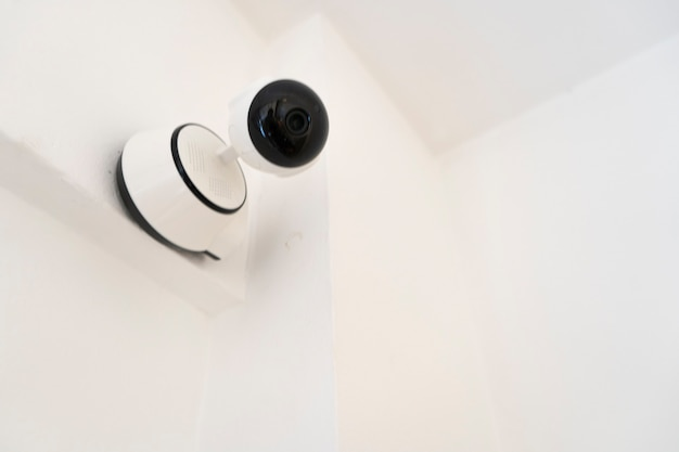 Современная внутренняя домашняя охрана или камера видеонаблюдения, установленная на стене. концепция домашней безопасности, удаленное наблюдение, наблюдение.