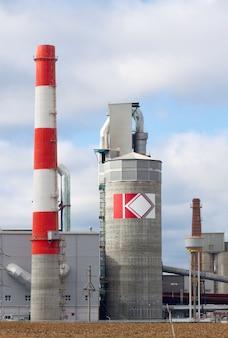 煙突の高い近代的な工業ビル。