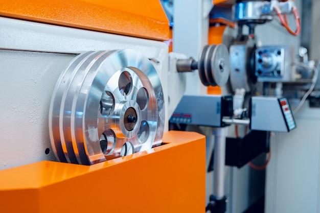 現代の産業プラント。自動車機械設備部品のクローズアップ