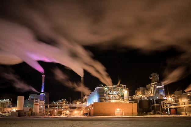 연기 굴뚝이있는 현대 산업