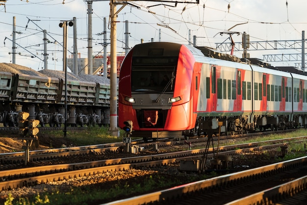 일몰 상업 교외 교통 개념에서 현대 도시 간 고속 열차