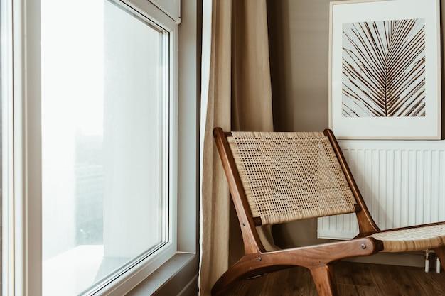 Современная концепция дизайна интерьера. стильное деревянное кресло из ротанга, окно, шторы
