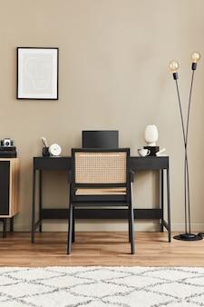 Современный дизайн интерьера домашнего офиса со стильным стулом, столом, комодом, черной рамкой для макета плаката, ноутбуком, книгой, канцелярскими принадлежностями и элегантными личными аксессуарами в домашнем декоре. шаблон.