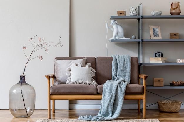 Современный интерьер гостиной с коричневым деревянным диваном, серой книжной стойкой, стеклянной вазой с цветами и элегантными аксессуарами. концепция бежевого и японского. стильная домашняя постановка. скопируйте пространство.