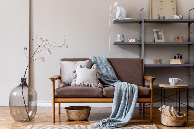 Современный интерьер гостиной с коричневым деревянным диваном, серой книжной стойкой, стеклянной вазой с цветами, украшениями и элегантными аксессуарами. концепция бежевого и японского. стильная домашняя постановка. шаблон.