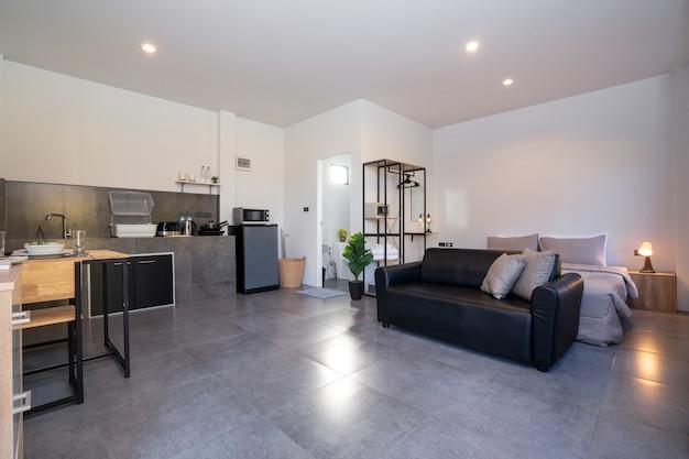 キッチン付きの豪華なリビングルームのモダンなインテリアデザイン Premium写真