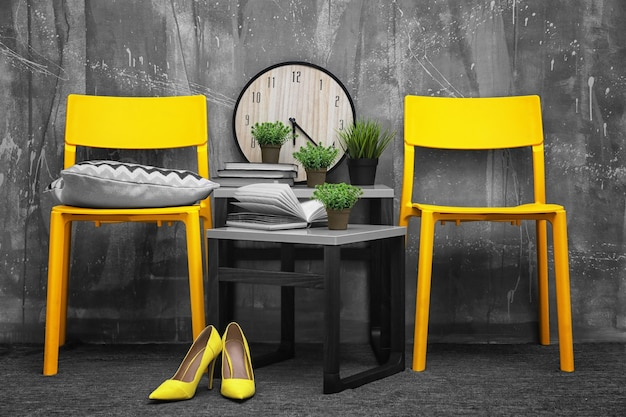 노란색 의자와 회색에 작은 테이블이있는 현대적인 인테리어 디자인