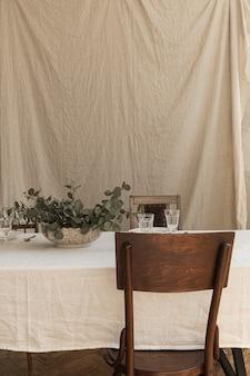 ボヘミアンスタイルの装飾が施されたモダンなインテリアダイニングルームのデザイン