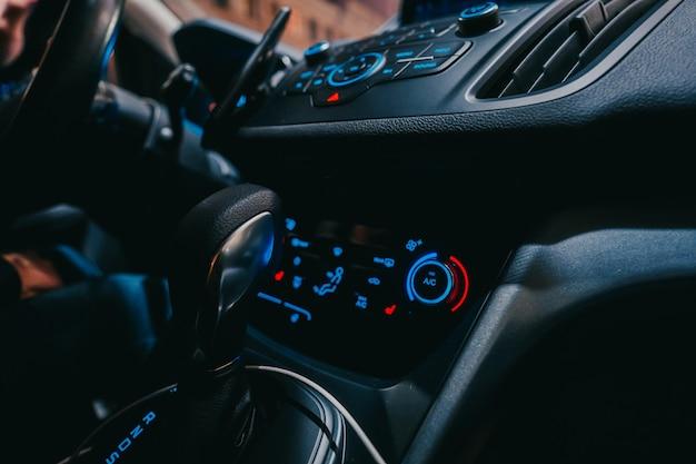 밤에 빛나는 파란색 패널이있는 차 내부의 현대적인 인테리어
