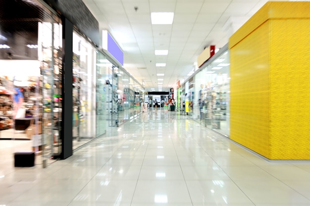 照らされた空のショッピングモールホールのモダンなインテリア