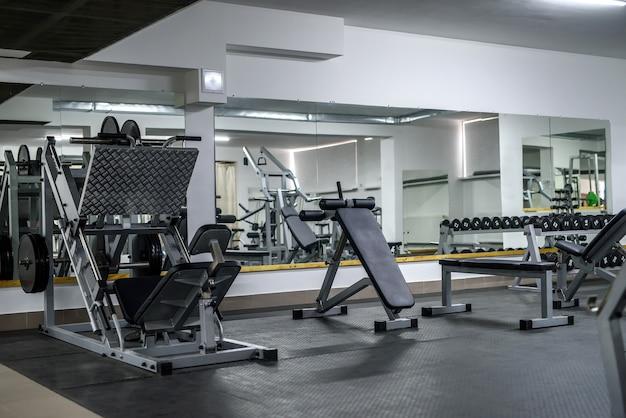 Современный интерьер легкого тренажерного зала с различным оборудованием