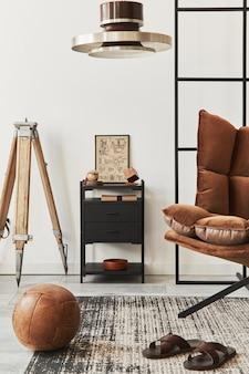 デザインの茶色のアームチェア、サイド テーブル、ペンダタン ランプ、ロフト壁、スリッパ、カーペット、装飾、家の装飾のエレガントなパーソナル アクセサリーとリビング ルームのモダンなインテリア。