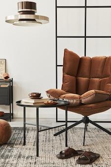 デザインの茶色のアームチェア、サイド テーブル、ペンダタン ランプ、ロフト壁、スリッパ、カーペット、装飾、家の装飾のエレガントなパーソナル アクセサリーとリビング ルームのモダンなインテリア.