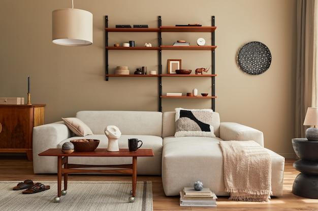 デザインモジュラーベージュソファ、コーヒーテーブル、家具、ペンダントランプ、棚、スリッパ、カーペット、装飾、家の装飾のエレガントなパーソナルアクセサリーを備えたリビングルームのモダンなインテリア。テンプレート。
