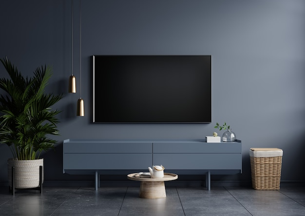 Современный интерьер гостиной с телевизором на шкафу на темно-синей стене