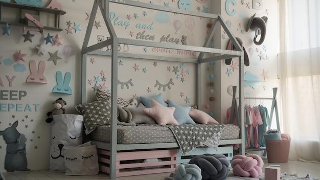 生まれたばかりの赤ちゃんの寝室のパステルカラーのモダンなインテリア