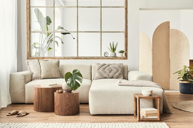 デザインモジュラーソファ、家具、木製のコーヒーテーブル、格子縞、枕、熱帯植物、スタイリッシュな家の装飾のエレガントなパーソナルアクセサリーを備えたオープンスペースのモダンなインテリア。ニュートラルなリビングルーム。