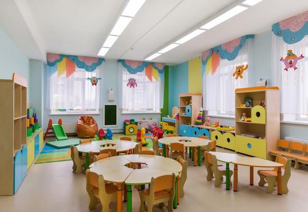 幼稚園のプレイルームのモダンなインテリア。幼児教育。
