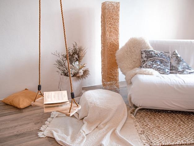 Современный интерьер гостиной с подвесными качелями.