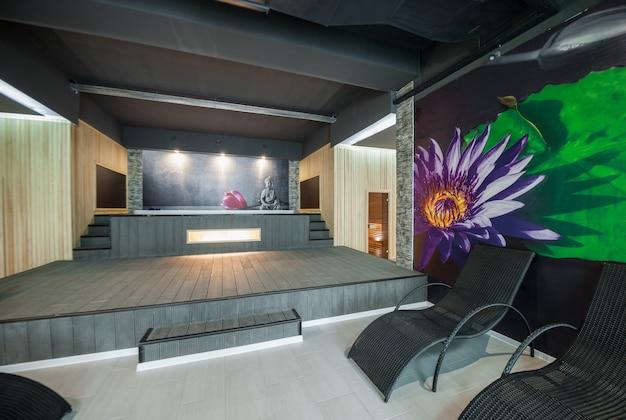 Современный интерьер помещения спа комплекса и сауны