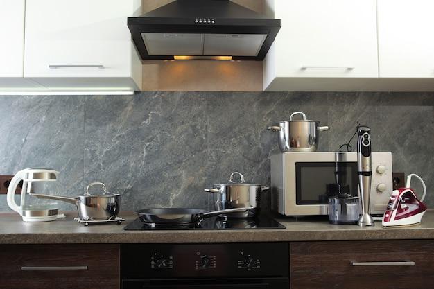 Современная кухня и бытовая техника на фоне кухонного интерьера