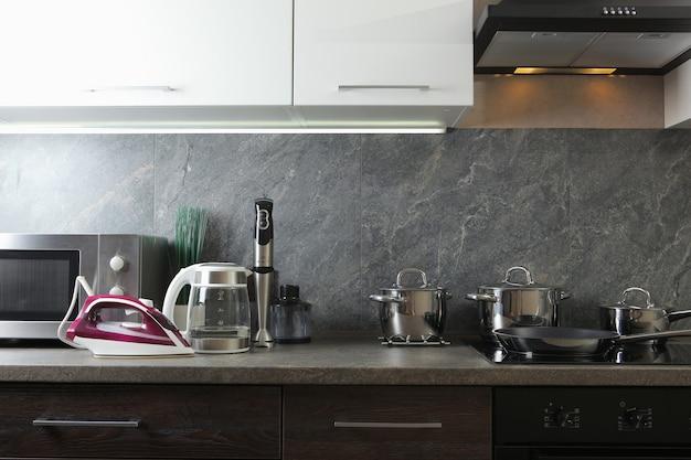 주방 인테리어 배경에 있는 현대적인 주방과 가전제품