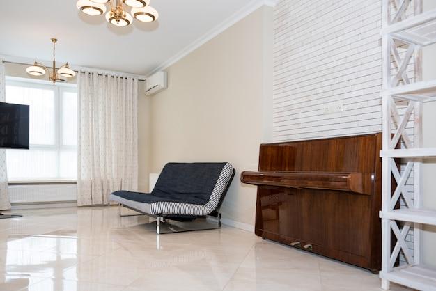 Современная кухня прилагается к гостиной. дизайн интерьера с классическими или винтажными и современными элементами.