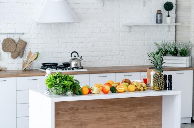 健康的な食事をテーブルに置いた自宅のモダンなキッチン