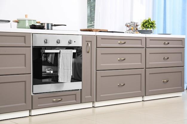 電気ストーブ付きのモダンなキッチン家具