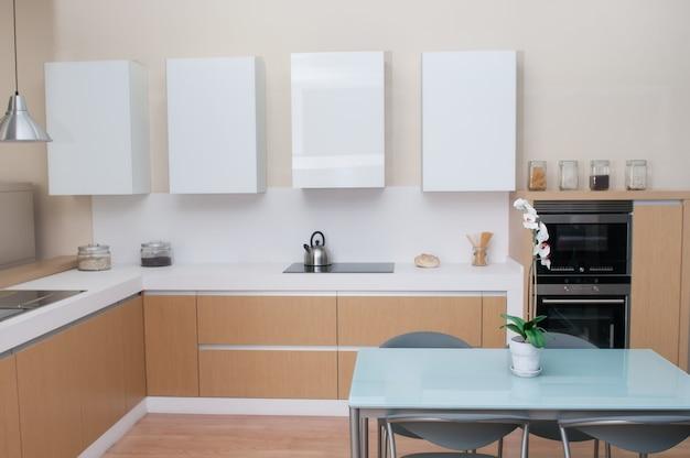 Современная кухня в прекрасно оборудованном семейном доме