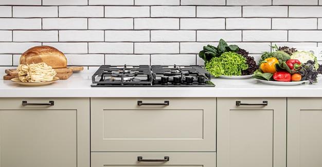 요리를위한 밝은 제품으로 미니멀 한 스타일의 현대적인 주방 인테리어.