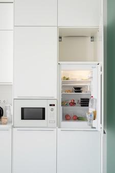 Интерьер современной кухни. открытый холодильник на кухне