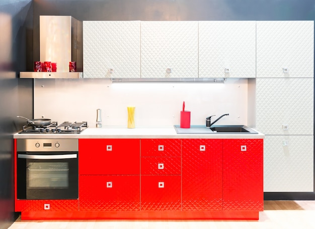 Интерьер современной кухни снят со студийным светом