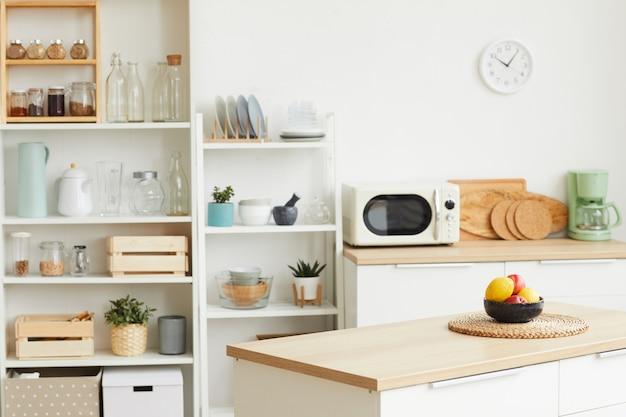 Современный интерьер кухни с минималистичным скандинавским дизайном и деревянными элементами