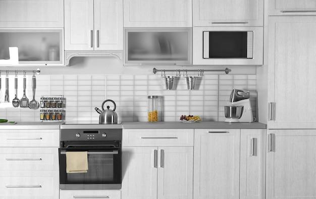 新しいオーブンを備えたモダンなキッチンインテリア
