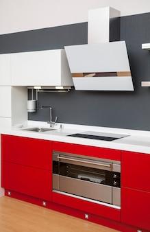 Интерьер современной кухни с красной отделкой