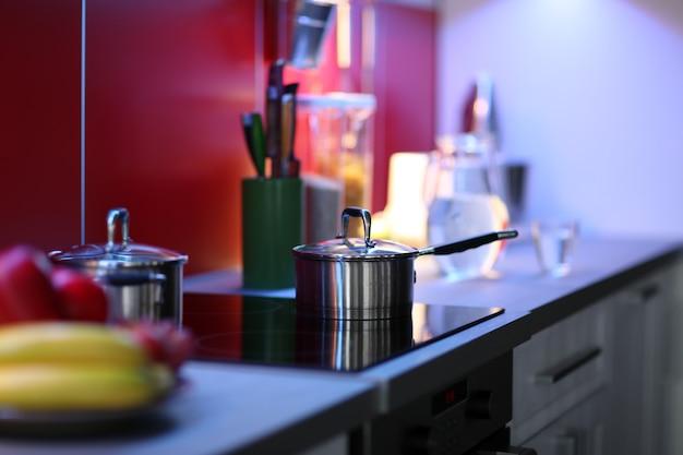ストーブ付きのモダンなキッチンインテリア