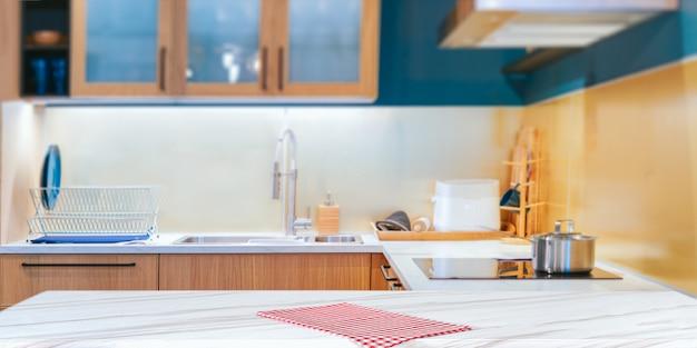 赤い市松模様の布でモダンなキッチン
