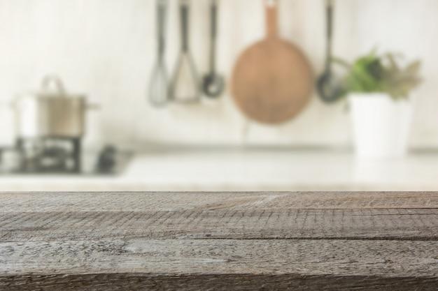 木製卓上、あなたとディスプレイ製品のためのスペースを備えたモダンなキッチン。