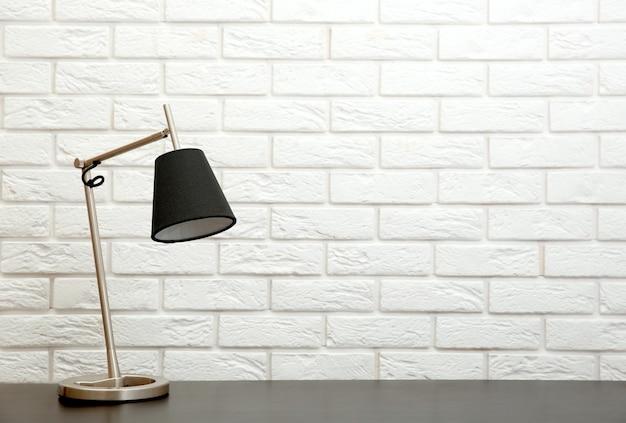 白い壁の背景の机の上のモダンなランプ