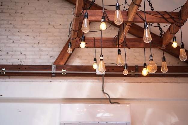 白い壁、ランプシェード吊り下げライト、ランプケースデザインで天井からぶら下がっているモダンなランプ。