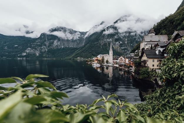 オーストリアのハルシュタットの現代的な風景ショット、ハルシュタット湖、霧、曇り