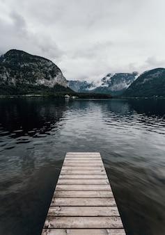 Современный пейзажный снимок гальштата в австрии гальштатское озеро туманное драматическое настроение пасмурное путешествие