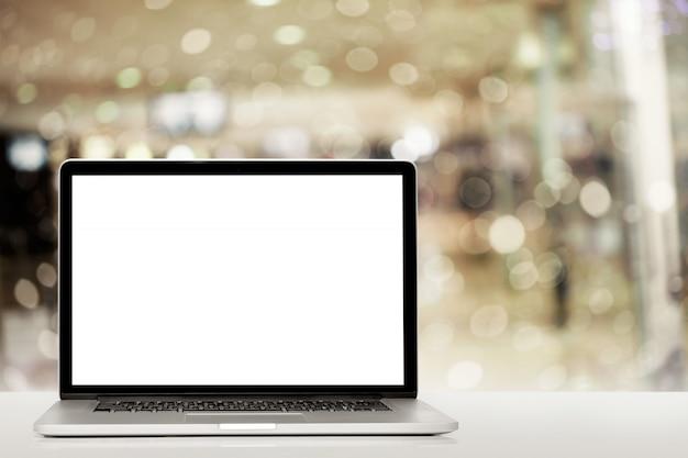 Современный портативный компьютер на белом фоне