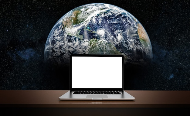 Современный ноутбук, изолированные на фоне земли.