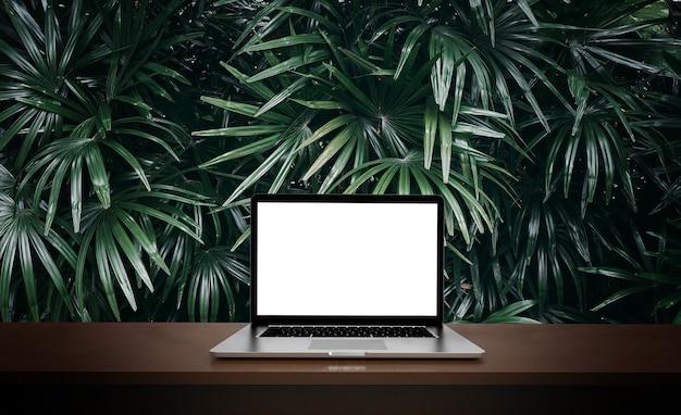 Современный ноутбук, изолированные на фоне зеленых листьев. 3d иллюстрации.