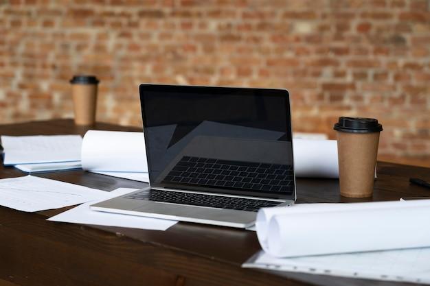 机の上に置く現代のラップトップ